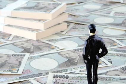 大金を見つめる投資家