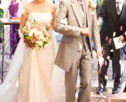 結婚式をする男女